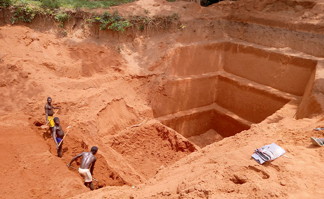 Tetra Tech supports artisanal miners as they dig a new pit.