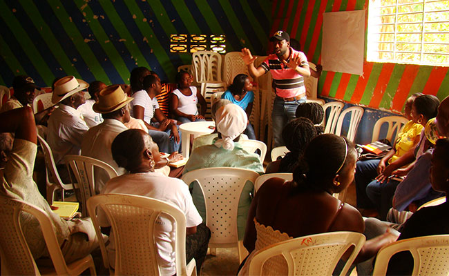 Tetra Tech leads a training session with civil society organization leaders in Colombia.