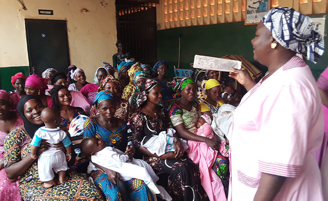 A midwife at Sikasso's regional hospital sensitizing mothers on first aid for their babies.