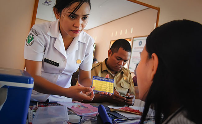 A nurse provides information and advice to a patient at a community Puskesma