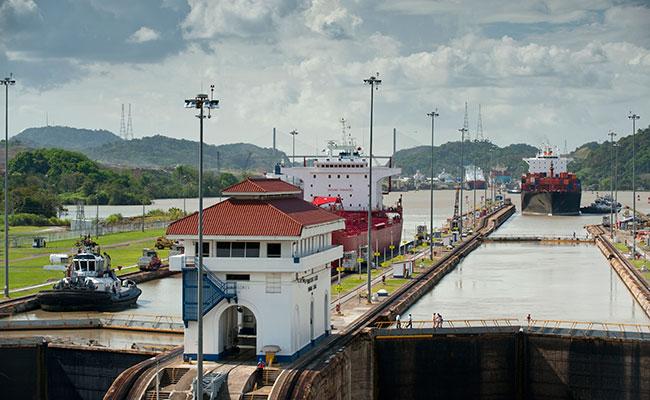 Instalação do terceiro sistema de eclusas em andamento no Canal do Panamá